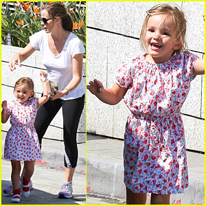 Jennifer Garner: Police Station with Seraphina!