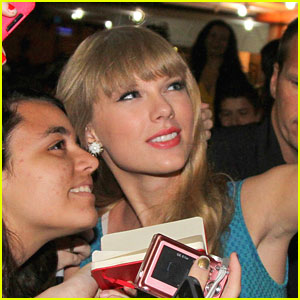 Taylor Swift Loves Her Fans!