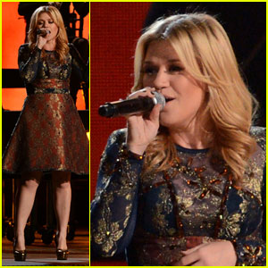 Kelly Clarkson - CMAs Live Duet with Vince Gill