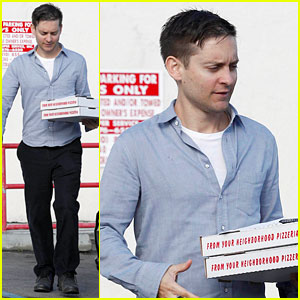 Tobey Maguire: Pizza Pickup on Christmas Eve!