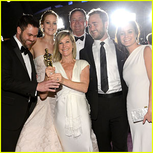 Jennifer Lawrence Mobbed By Family Post-Oscars 2013 Win!