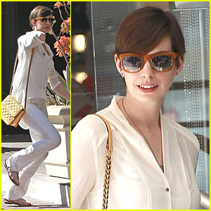 Anne Hathaway: Bright Run with a Gal Pal!