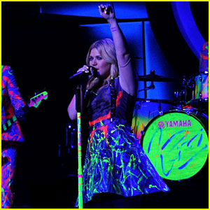Kelly Clarkson: 'American Idol' Performance - Watch Now!