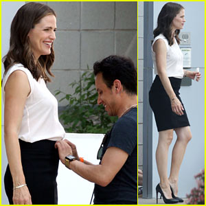 Jennifer Garner: Outfit Adjustment on 'Draft Days' Set!