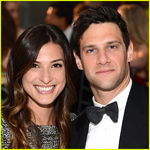 Justin Bartha: Engaged to Lia Smith!