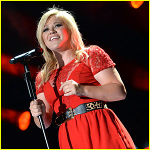Kelly Clarkson: 'Tie It Up' Performance at CMA Festival! (Video)