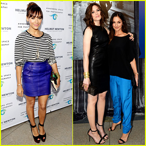 Rashida Jones & Mandy Moore: Helmut Newton Exhibit!