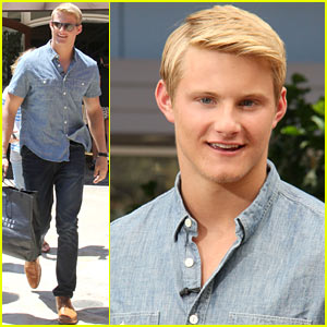 Alexander Ludwig Visits 'Extra' at The Grove!