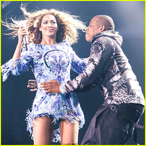 Beyonce Gets Surprise Kiss from Jay Z on Mrs. Carter Tour!