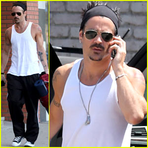 Colin Farrell: Bulging Biceps at Yoga Class!
