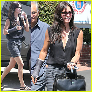 Courteney Cox: Grey Cast for Injured Wrist