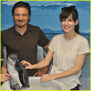 Jeremy Renner & RoseMarie DeWitt: Georgia Aquarium Film Break!