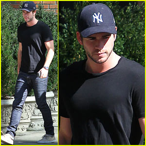 Liam Hemsworth Has 'Pleasant' Encounter at Atlanta Diner!