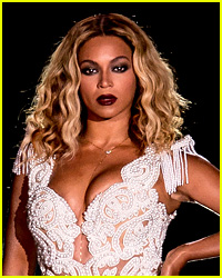 Beyonce Photobombs a Concertgoer in Best Way Ever!