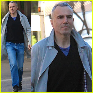 Daniel Day-Lewis Strolls Solo Through the East Village!