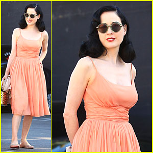 Dita Von Teese: Skinny Jeans are Physically & Emotionally Uncomfortable!