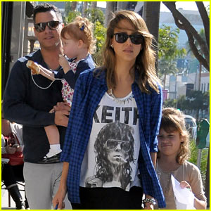 Jessica Alba Shares Christmas Ideas on Twitter Account!