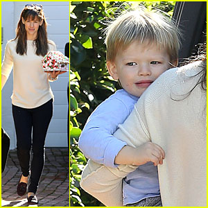 Jennifer Garner Preps For Holidays with Gingerbread House!