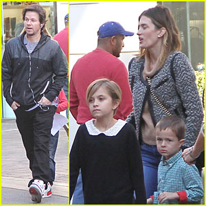 Mark Wahlberg & Rhea Durham: Santa Claus Booth with the Kids!
