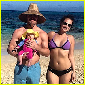 Shirtless Stephen Amell: Christmas Card with Bikini-Clad Cassandra Jean!
