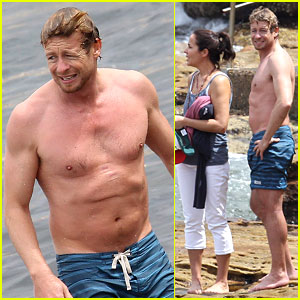 Simon Baker: Shirtless Beach Day with the Family!
