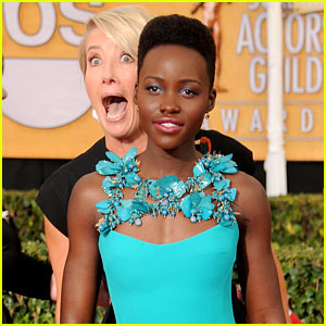 Emma Thompson Photobombs Lupita Nyong'o at SAG Awards!