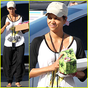 Halle Berry Brings Valentine's Goodies to 'Extant' Set!