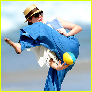 Anne Hathaway Masters the Under the Leg Football Toss!