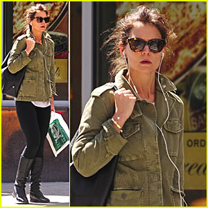 Katie Holmes Uses Earphones to Block Out the Hustle & Bustle of NYC!