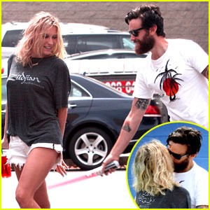 Kesha Gets a Passionate Kiss From Mystery Guy - See the Pics!