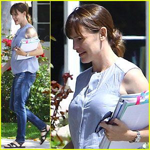 Jennifer Garner Says Wear Sunscreen Now & Thank Her Later!