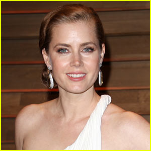 Amy Adams Gives Up Her First Class Seat to a US Soldier in Coach
