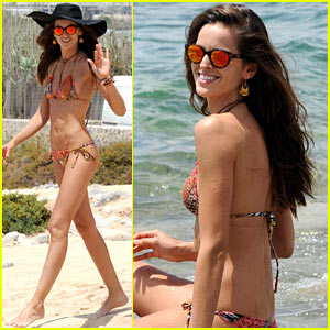 Izabel Goulart's Bikini Body Looks Amazing As She Hangs on the Beach!