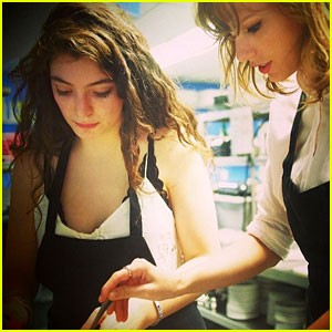 Taylor Swift & Lorde Take a Cooking Class Together (Photo)