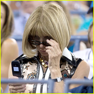 Anna Wintour Still Uses a Flip Phone - See the Pics!