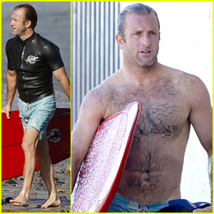 Hawaii Five-O's Scott Caan Strips Down After Surf Session!