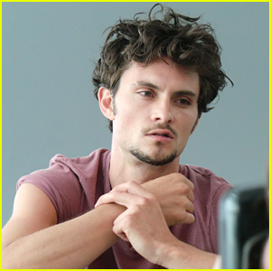 Shiloh Fernandez Steals the JJ Spotlight (Behind the Scenes Photo