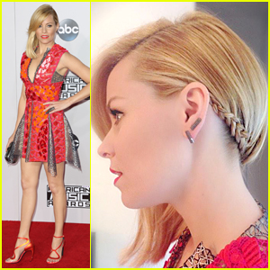 Elizabeth Banks Looks Hot in Braids at American Music Awards 2014