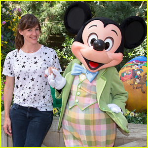 Jennifer Garner Meets Mickey Mouse at Disneyland's Springtime Roundup!