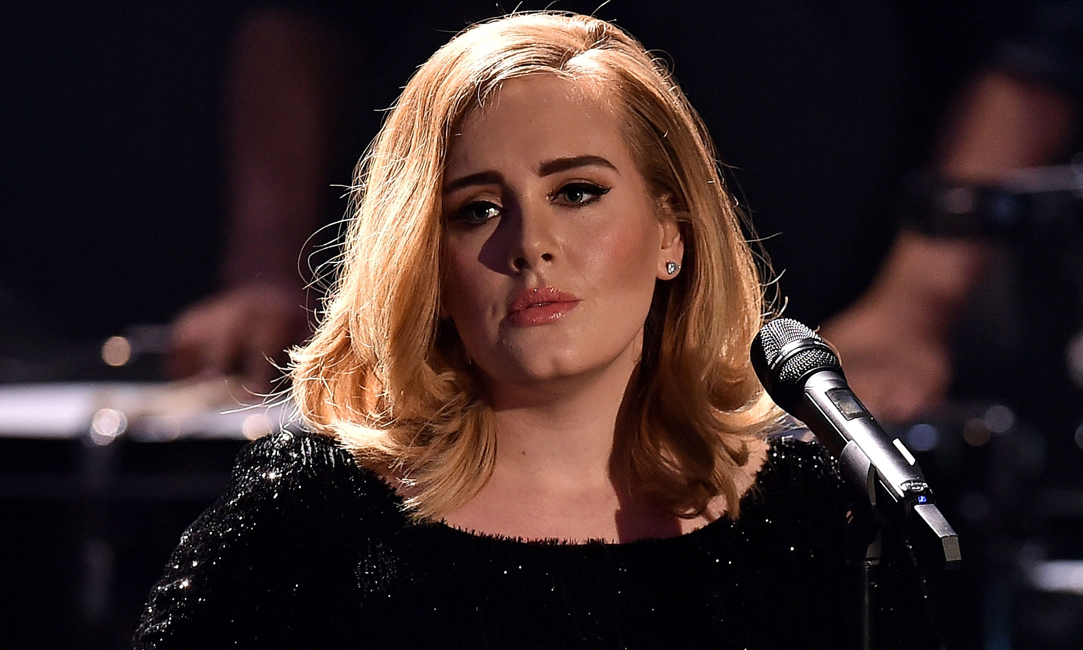 adele cries while working out in hilarious gym photo adele just jared. Black Bedroom Furniture Sets. Home Design Ideas