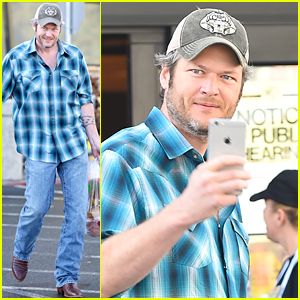 Blake Shelton Grabs Some Groceries After Gwen Stefani Movie Date!