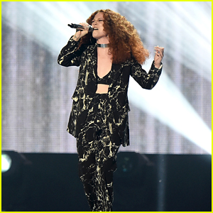 Jess Glynne Performs 'Hold My Hand' at BRIT Awards 2016 - WATCH NOW!
