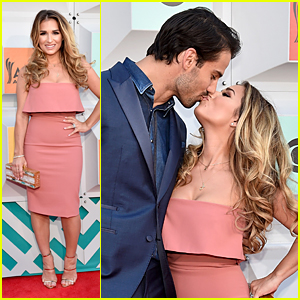 Jessie James Decker Kisses Husband Eric on Red Carpet at ACM Awards 2016