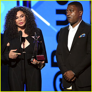 Beyonce's Mom Tina Knowles Accepts Her BET Award - Watch Now!
