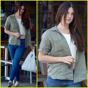 Lana Del Rey Shows Off Her Midriff While Grabbing Lunch