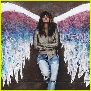 Halle Berry Poses in Front of Famous Wings Mural in L.A.
