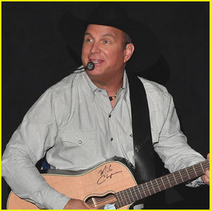 Garth Brooks Does the #MannequinChallenge on Stage! (Video)
