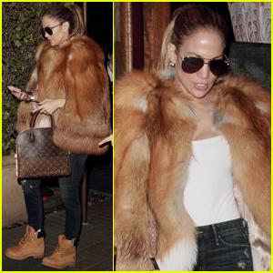VIDEO: Jennifer Lopez Sings 'Feliz Navidad' With Her Mom & Kids
