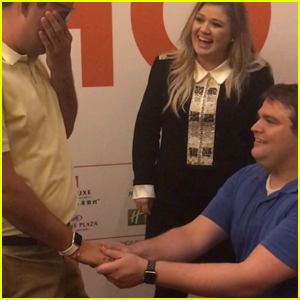 Kelly Clarkson Adorably Helps Fan Propose to His Boyfriend - Watch Now!
