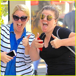Kelly Clarkson Has Fun with Photographers in Beverly Hills!